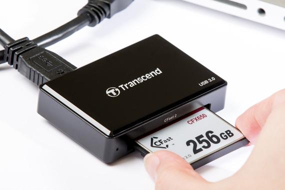 Een aangesloten Transcend CFast Card reader die een geheugenkaart leest.